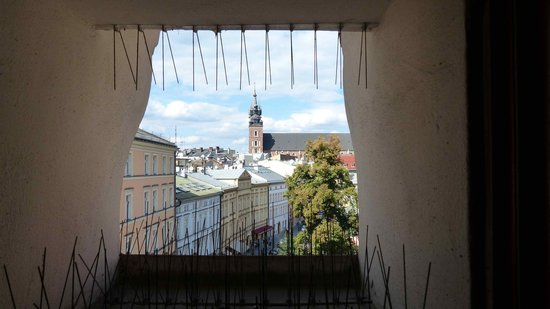 Domino Apartments: Blick aus einem der kleinen Fenster