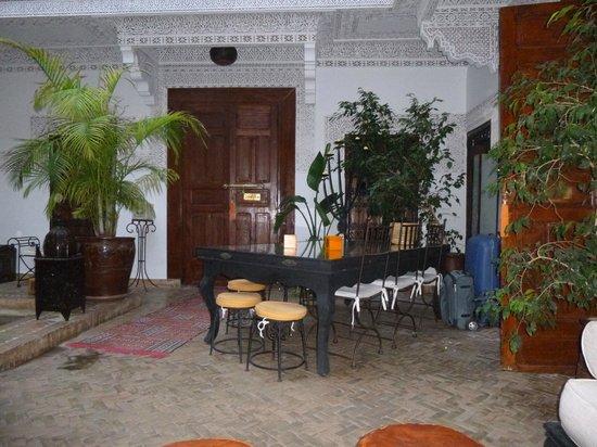 Riad Les Nuits de Marrakech: patio central