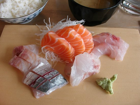 Yuzu Sushi Bar: Sashimi (basic, good)