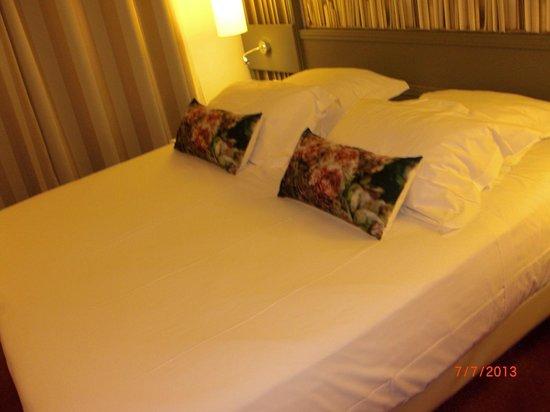 HOTEL AMERICA : letto con molti cuscini!