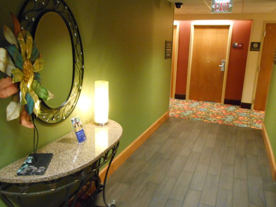 Hampton Inn Hagerstown - I-81: 2nd floor elevator lobby