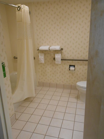 Hampton Inn Hagerstown - I-81: H/C accessable bathroom