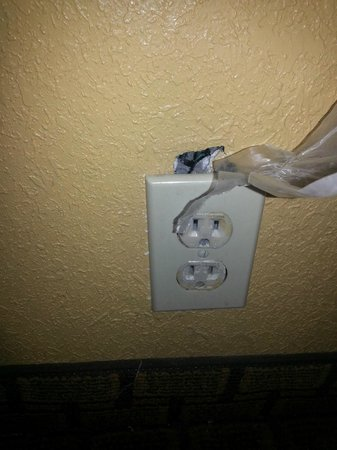 Days Inn And Suites Downtown Gatlinburg Parkway : exposed wires