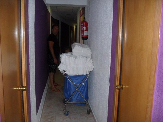 Don Juan Center Hotel: Trolley in the corridor all the time!