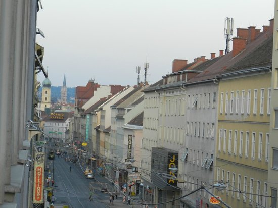 B&B Graz : Vista dalla camera sulla strada principale