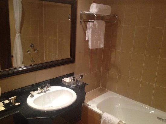 Hotel Alvalade: Bath/Shower Combo - but no bath plug so shower only