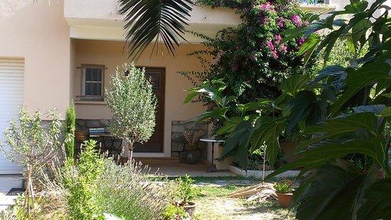 L'Escale Tranquille : entrée côté jardin