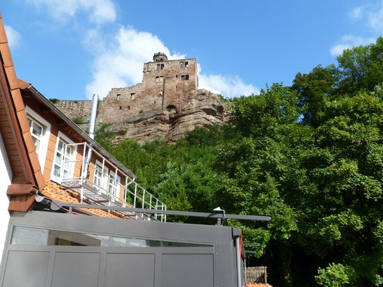 Hardenberg BurgHotel : Blick von der Terasse der Alten Mühle Zimmer 401 zur Burg