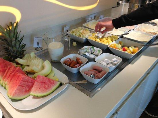 GOLD INN Adrema Hotel: Zona de fruta del desayuno