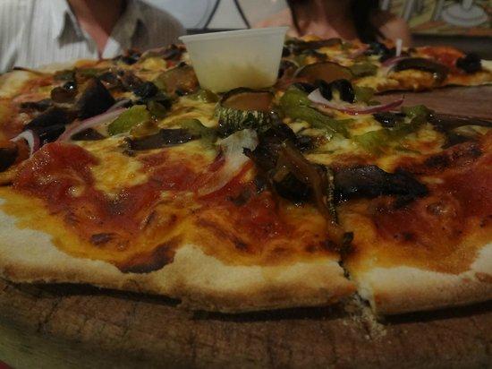 La Mona Centro: La pizza muy rica y los aderezos como chile ancho, parmesano, jugo maggi
