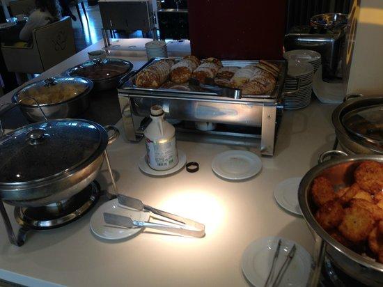 """GOLD INN Adrema Hotel: Zona """"comida caliente"""": bacon, tortitas, huevos, salchichas..."""