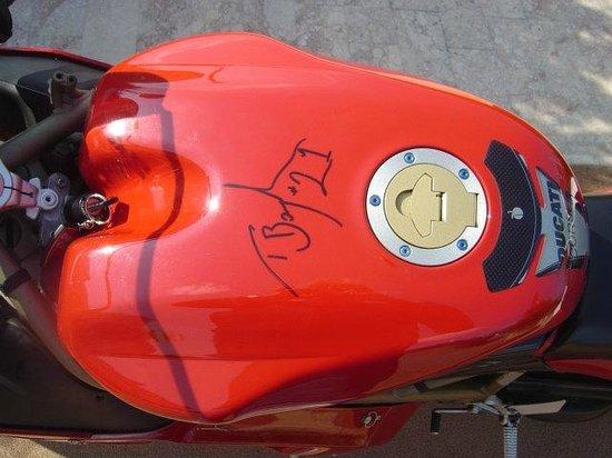 Misano Circuit : LA firma di Troy Bayliss fatta su la Ducati al circuito di Misano Adriatico