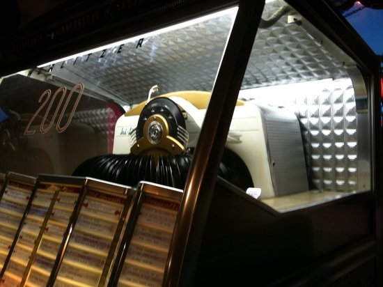 Bee Hive Restaurant: Manager's immaculate vintage Wurlitzer 200 complete with vinyl is only here in August for the lo