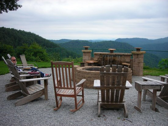 Saluda Mountain Lodge: Firepit in back of hotel
