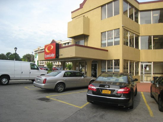 Econo Lodge at the Falls North: Frnt elevation with lesser parking