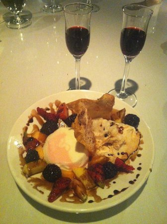 Orlando's Seafood Grill: delicious dessert and port wine