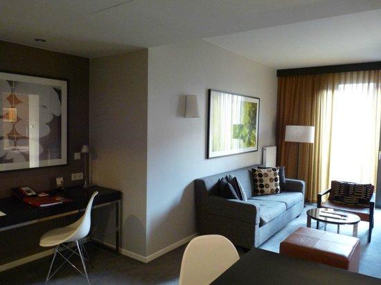 Adina Apartment Hotel Berlin Mitte: Aufenthaltsbereich des Apartments