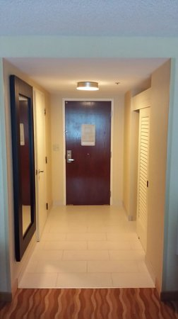 Renaissance Baltimore Harborplace Hotel: Doorway and hallway