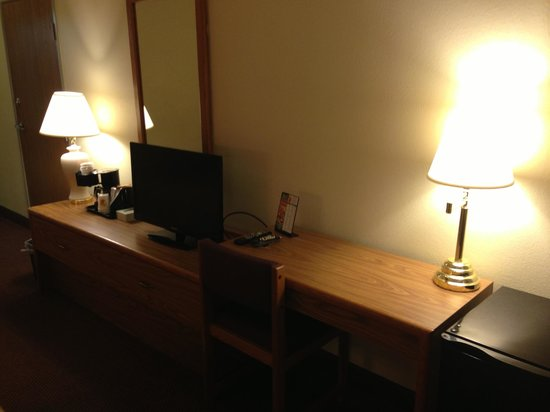 Super 8 Kokomo : Desk/TV/Lamps