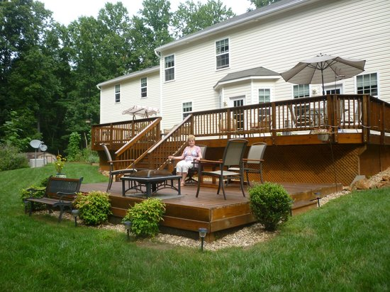 Uphill House Bed & Breakfast: Deck on back of B & B