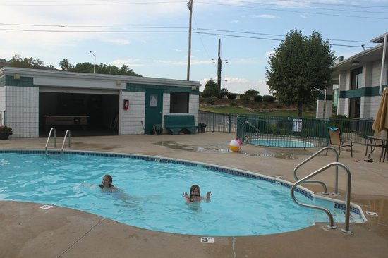 Ozark Valley Inn: swimming pool