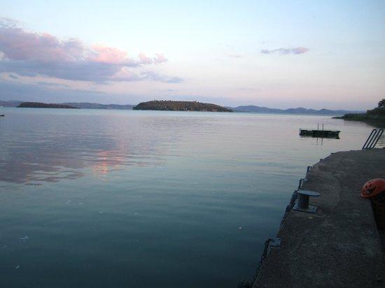 Camping Village Punta Navaccia : panorama del lago al tramonto dal camping