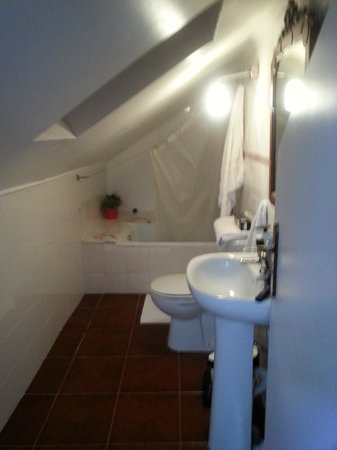 Lisbon Story Guesthouse: Slanted bathroom