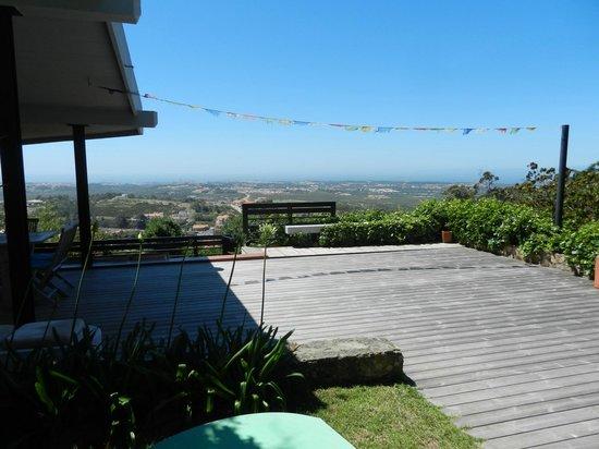 Karma Surf Retreat Lisbon: Trädäcket med utsikt över landskapet
