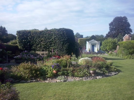 Mandalay Guest House: giardino
