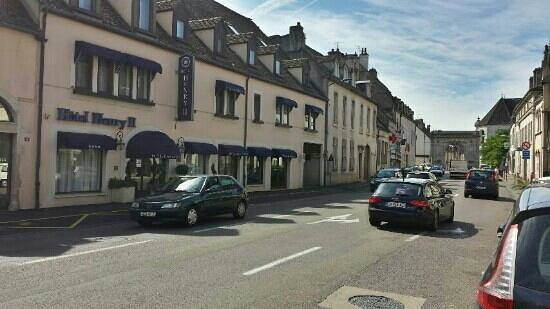 Hotel Henry II Beaune Centre: Beaune city gateway can be seen less than a block away
