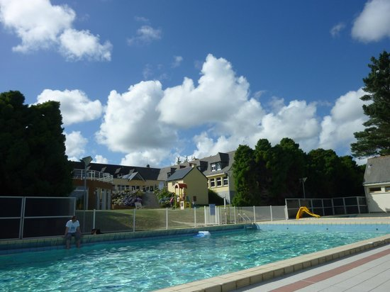 Village vacances Ker Beuz : Le batiment principal vu de la piscine extérieure