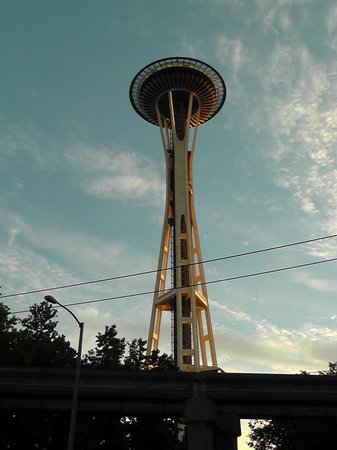 Quality Inn & Suites Seattle : Needle by night (côté ouest)
