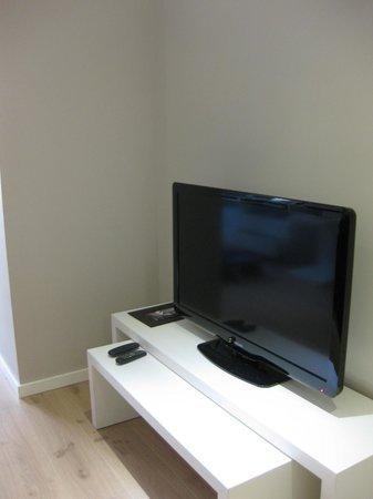 Rambla 102 Apartments: TV