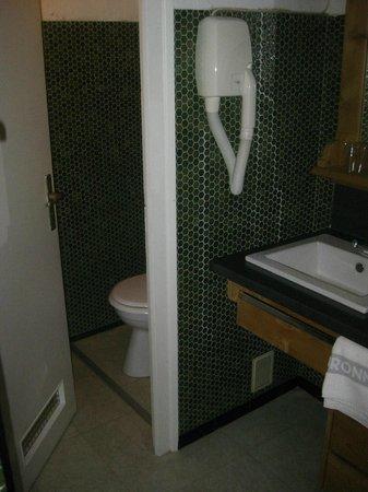 Hotel de La Couronne : bathroom with two sinks