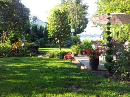 Silver Waters Bed and Breakfast: Just part of the lush gardens.