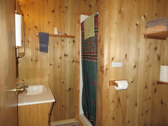 Katmai Wilderness Lodge : bathroom