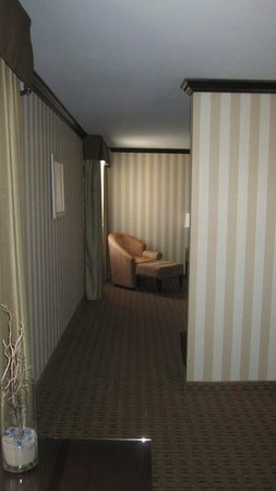 Doubletree Hotel San Diego Downtown : King suite, transition from receiving area to bedroom