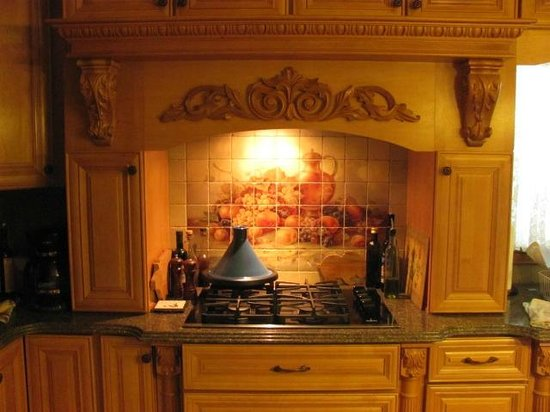 The Clarion House B&B: Carvings in the kitchen
