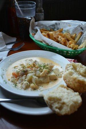 Shore Line Restaurant: BEst Seafood Chowder & Poutine