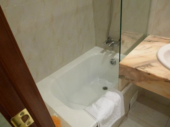 Hotel Ingles: Shower/bath