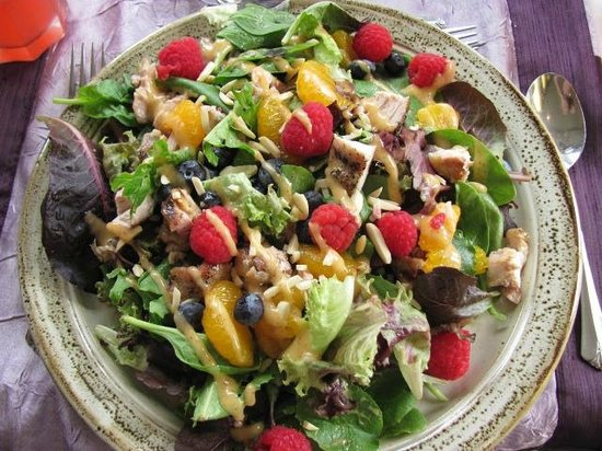 Cafe Troy: Chicken salad with oranges and fresh raspberries