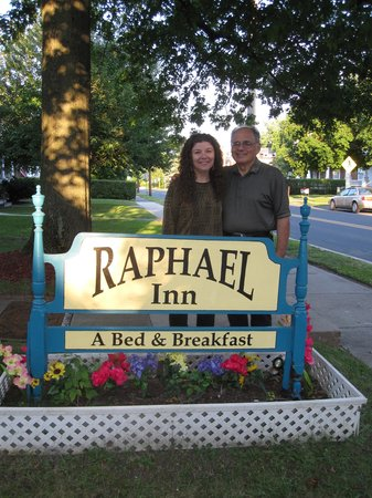 Raphael Inn Bed and Breakfast: Alexandra and George by their sign