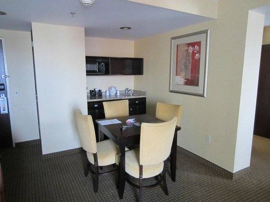 Holiday Inn Hotel & Suites Rochester - Marketplace: Kitchen area