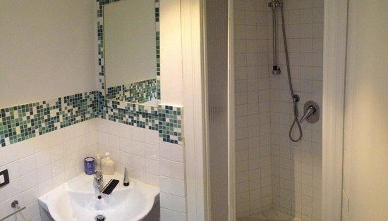 L'Antica Terrazza: Shower and sink in Aria room