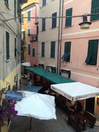 L'Antica Terrazza: View up the street from balcony in Aria room