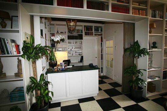 Alp de Veenen Boutique Hotel: Reception with library