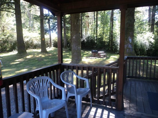 Park Motel: The outside deck/porch on the cabins.