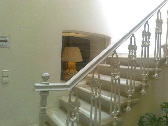 Hotel Omiros: Hotel Treppenhaus