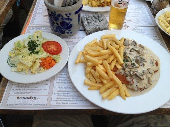 Kartoffel Restaurant Kiste: Kartoffelrestaurant Kiste, Tréveris. Cahmpignonrahmschnitzel, escalope con salsa de champiñones