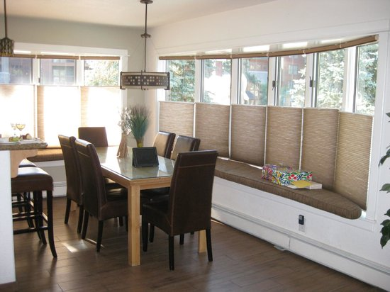 Stardust Lodge: Great Dining Room in the Two Bedroom with view of Lake Tahoe Boulevard and Pool